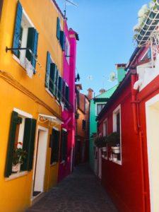 ヴェネツィア本島からすぐカラフルな島ブラーノ島